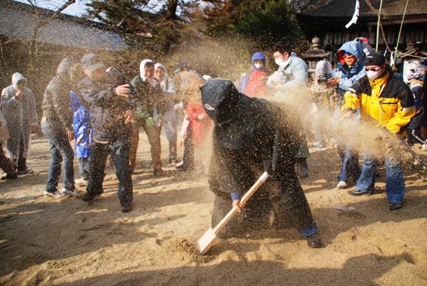 Sunakake Matsuri (Sand Spreading Festival), at Hirose Shrine, Kawai Town, Nara Pref.