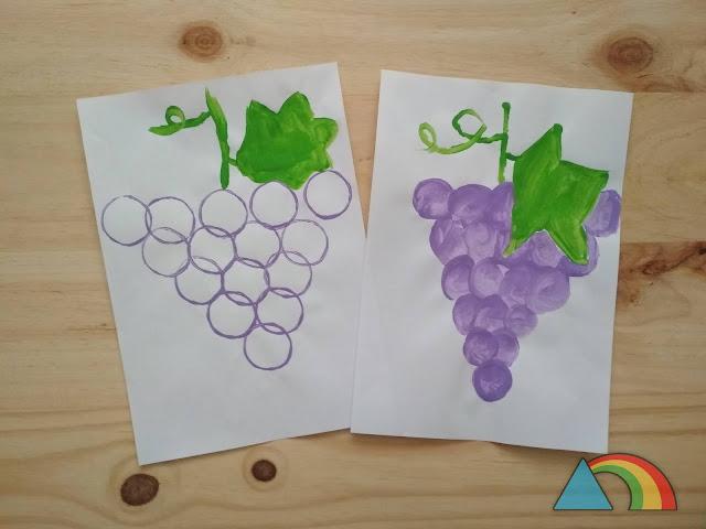 Dibujos de racimos de uvas, uno hecho con círculos morados estampados con un rollo de cartón y el otro dibujando círculos morados, con hojas de color verde