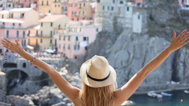 gaya rambut dengan topi saat traveling meimoodaema