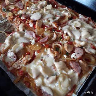 pizza, kurczak, pasta z warzyw kurczaka i przecieru, kiełbasa, ser biały, ser gouda, szczypior