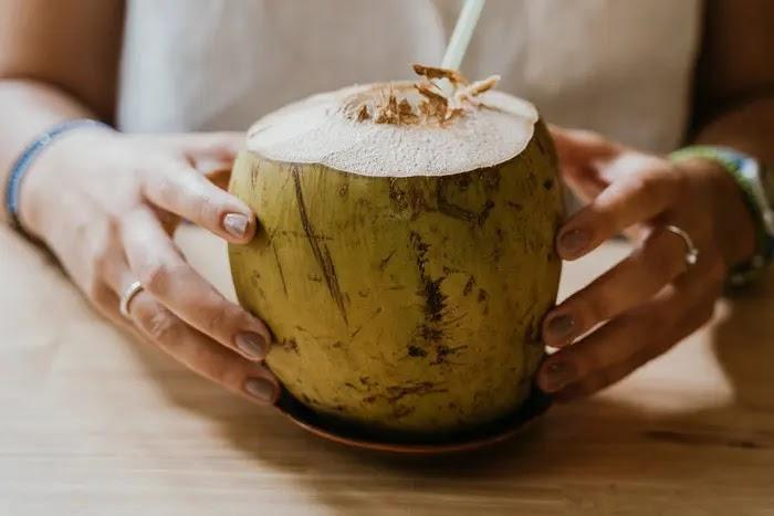 manfaat air kelapa untuk kesehatan tubuh dan kecantikan