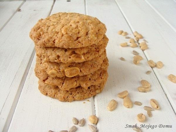 Kruche ciasteczka owsiane z orzechami arachidowymi i słonecznikiem