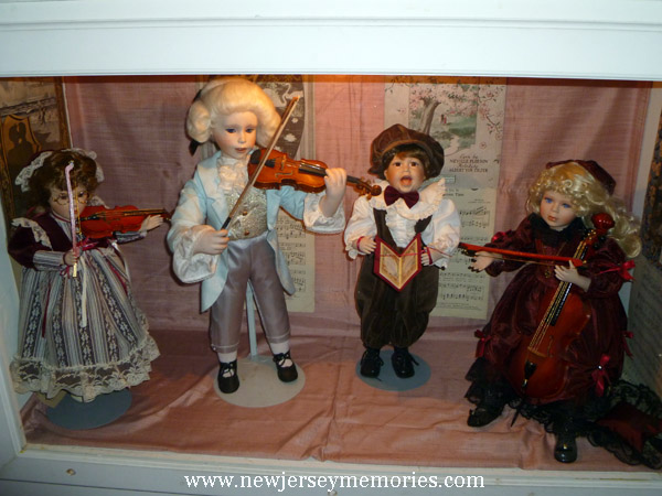 Dolls playing chamber music