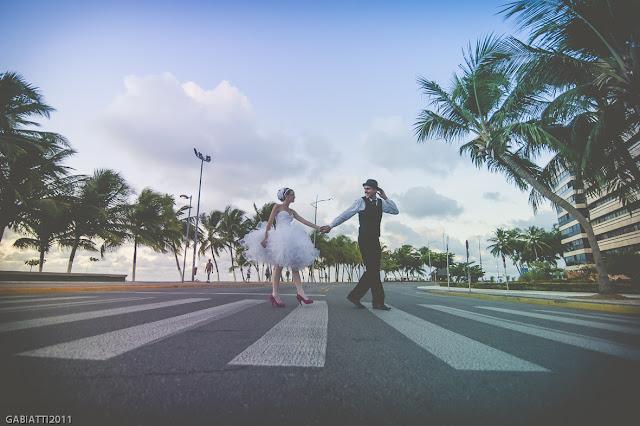 ensaio trash the dress noivos pelas ruas faixa de pedestre