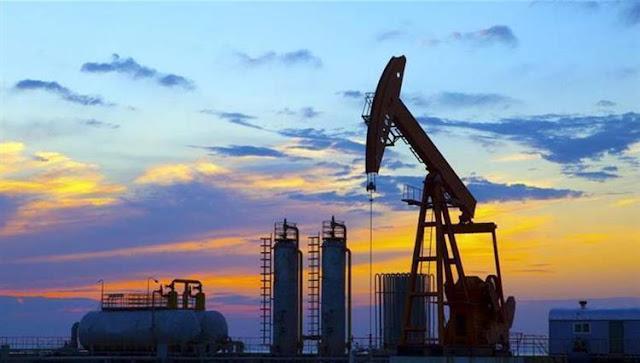 النفط..تتحدث عن انفراج أزمة المشتقات قريبا وتؤكد وصول ناقلة للتكرير