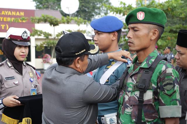 Wakil Walikota Tanjungbalai Drs H Ismail saat menyematkan pita tanda Operasi Ketupat Toba 2018 di Lapangan Mako Polres Tanjungbalai.