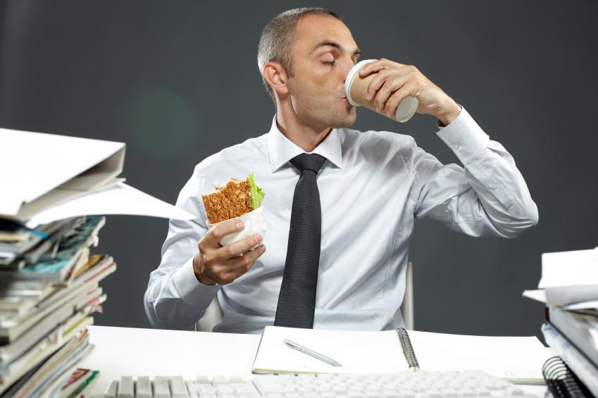 pemuda makan di tempat kerja
