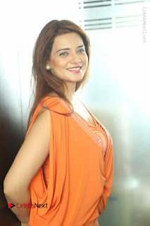 Actress Saloni Aswani Pos in Short Dress at Meelo Evaru Koteeswarudu Movie Interview  0241.JPG