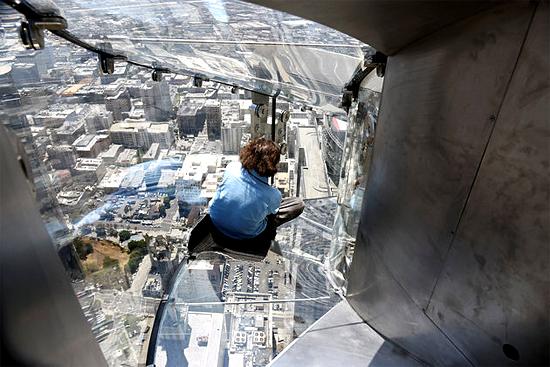 Escorregador de vidro em prédio alto de LA nos EUA - Img 1