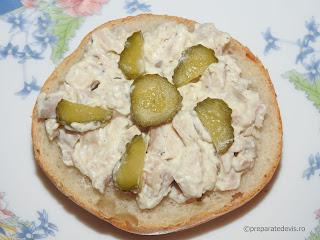 Salata din piept de pui cu maioneza reteta rapida de casa servita cu usturoi castraveti chifle sandwich mancare aperitive antreu retete salate carne,