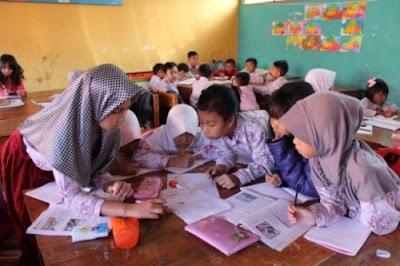 Pembelajaran secara berkelompok, kooperatif melatih siswa untuk berkolaborasi dan bekerjasama.