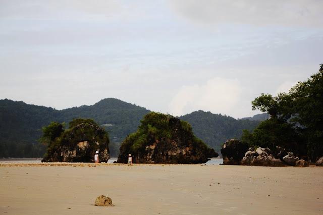 บริเวณแนวหาดนพรัตน์ธาราด้านทิศตะวันตกใกล้ๆ กับคลองสน น้ำจะลงจนแห้งสามารถเดินไปยัง เกาะสามหน่วยได้ (ลักษณะเดียวกับกับทะเลแหวก จังหวัดกระบี่)  และสุดปลายชายหาดนพรัตน์ธาราด้านทิศตะวันตกมีคลองระบายน้ำไหลลงสู่ท้องทะเลด้านหน้าเรียกว่า คลองสน