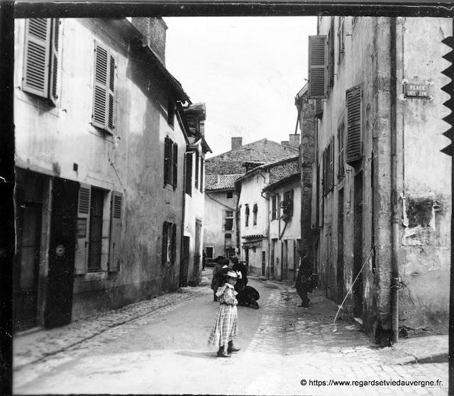 Photo noir et blanc : Cusset, la rue du marché au blé vers 1900.