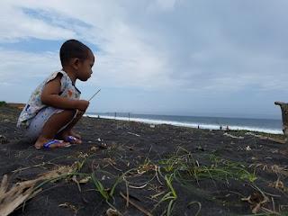 Selama kami ajak ke pantai, baru kali ini dia tertarik dengan pantai.