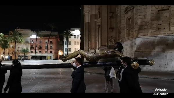 El Cristo de la Piedad recorrió las calles de Cádiz a pesar de la Pandemia para regresar del Via Crucis oficial
