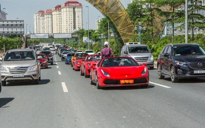Danh tính không phải dạng vừa của người đẹp lái siêu xe Ferrari chạy Grab