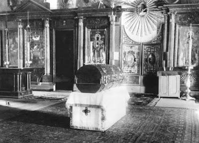 Η παραδοσιακή λάρνακα λειψανοθήκη με τα λείψανα του Οσίου  μέσα στον Ιερό Ναό των Οσίων Ζωσιμά και Σαββάτιου από τα Σολόβκι.