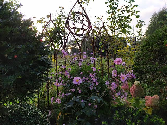 metalowa ozdoba ogrodowa
