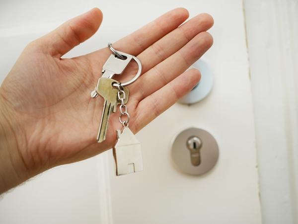 uma-mao-segurando-a-chave-de-uma-casa