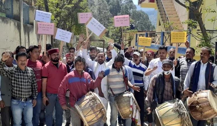 पुरोला में अलग रवाईं जिले की मांग को लेकर जुलूस प्रदर्शन करते क्षेत्र के लोग।
