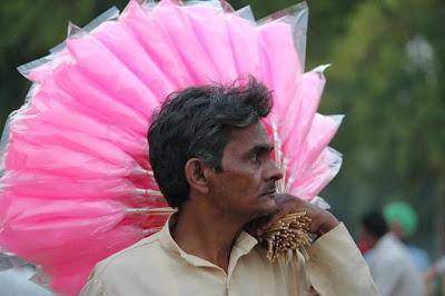 बुढ़िया के बाल | हिन्दी कविता | विकास नैनवाल 'अंजान'