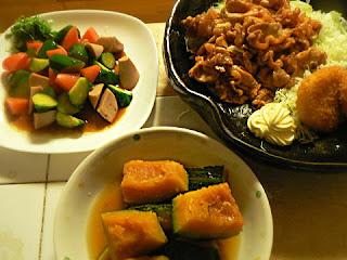 夕食の献立 豚薄切りケチャップ和え 醤油ごま油サラダ かぼちゃ煮物
