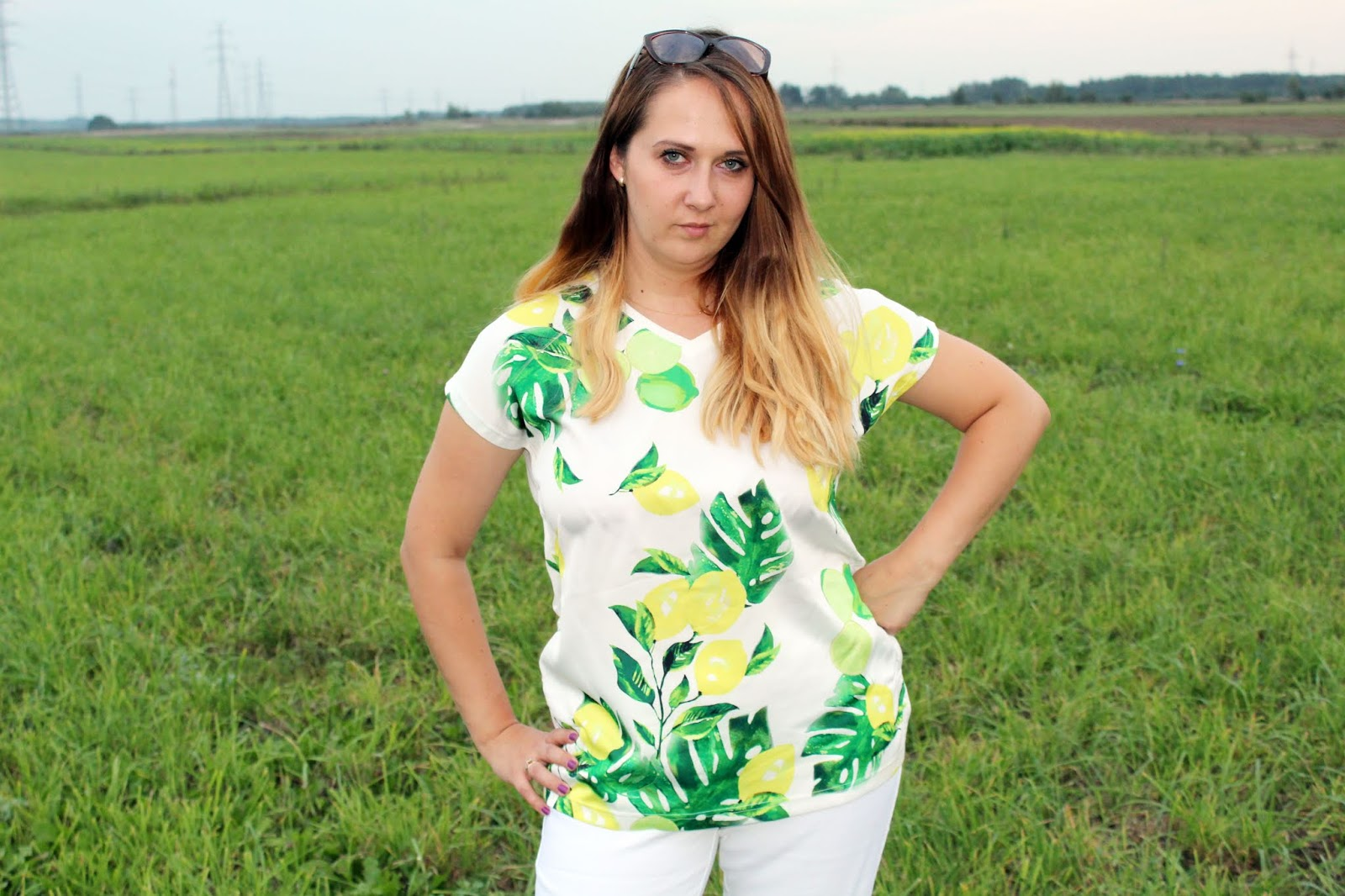 Shirt bluzkowy + legginsy + sneakersy - idealny zestaw na cieplejsze dni - BONPRIX