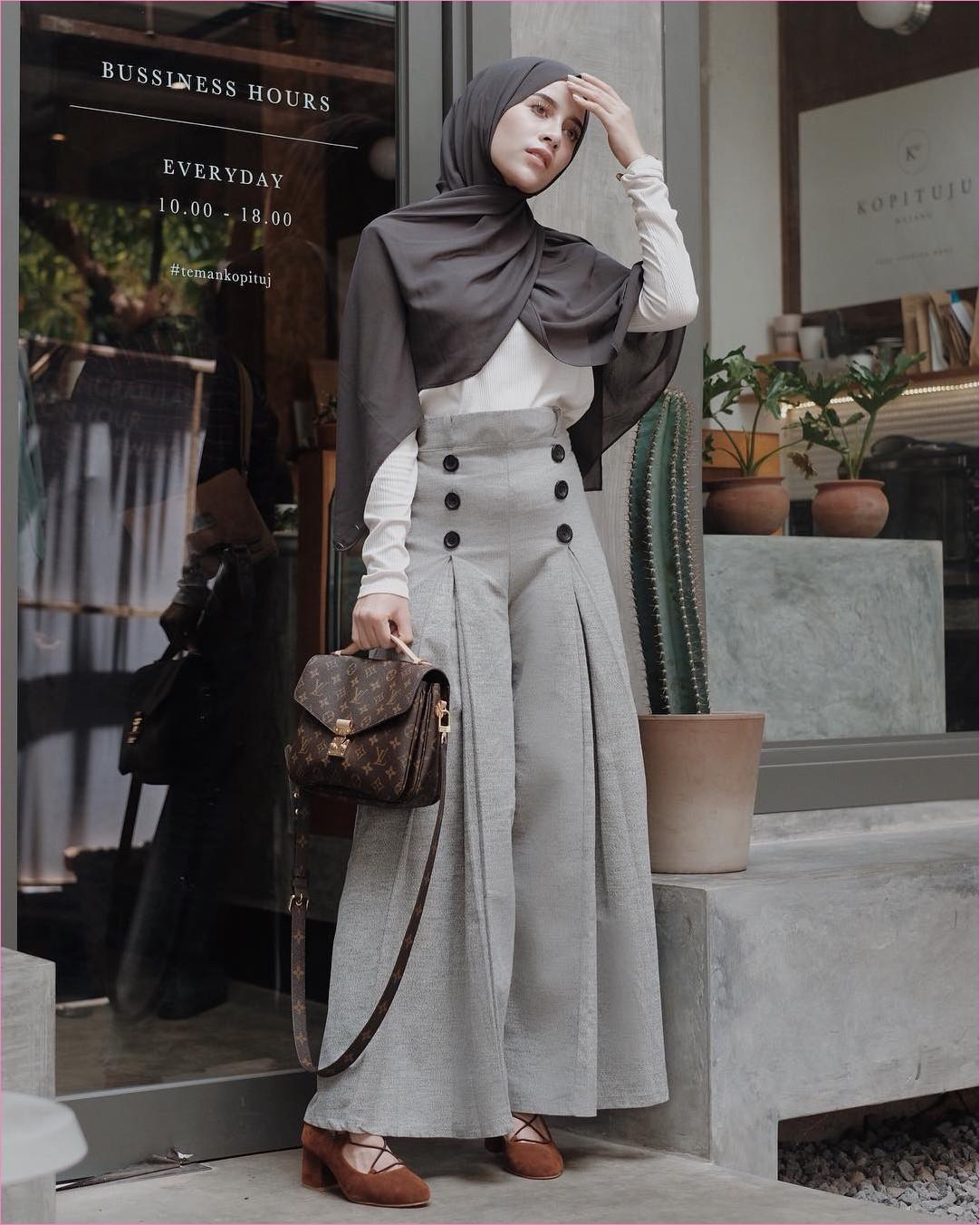 Outfit Kerudung Pashmina Ala Selebgram 2018 hijab pashmina sifon coklat tua mangset putih celana pallazo kulot abu slingbags coklat tua sepatu cleopatra coklat ootd hijabers kekinian trendy kaca pot kaktus