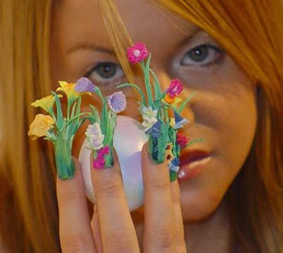 Uñas decoradas con flores.