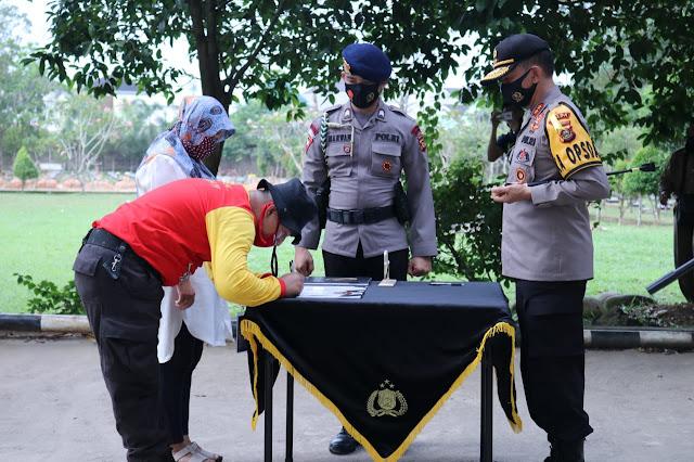 Palembang - majalahglobal.com : Kapolda Sumsel Irjen Pol Prof. Dr. Eko Indra Heri S., MM mengikuti kegiatan Outing dan Pengambilan Sumpah Peserta Pelatihan dan Pembinaan Mang Pedeka Jero Polda Sumsel Gelombang III bertempat di TPU Kebun Bunga Palembang, Rabu (05/08).  Ini merupakan salah satu rangkaian dari kegiatan pembinaan personil polda sumsel yang telah tergabung dalam Mang Pedeka Jero. Saat ini sudah memasuki gelombang ke-3 (tiga) dimana sebelumnya sudah terlaksana dan berjalan dengan lancar dan kondusif. Tujuan kegiatan ini adalah sebagai bentuk kepedulian pimpinan kepada personil untuk mengetuk kesadaran personil memperbaiki diri untuk tidak menggunakan serta menjauhi narkoba. Hari ini pengambilan sumpah adalah sebagai janji dan komitmen personil terutama untuk dirinya sendiri agar tidak terlibat dalam penyalahgunaan narkoba dan kembali bertugas untuk melayani masyarakat.  Kapolda mengatakan bahwa kita semua harus bersyukur atas apa yang telah kita miliki saat ini. Betapa susahnya untuk mencari uang untuk memenuhi dan mencukupi kebutuhan sehari-hari. Pembelajaran kehidupan ini akan menjadi pengalaman yang sangat berharga untuk kita semua, lihatla keluarga, istri dan anak-anak sebagai penguat diri agar dalam setiap melangkah dan menapaki kehidupan ini ada mereka orang-orang yang menyayangi kita. Jangan pernah untuk menggunakan narkoba karena itu hanyalah merugikan diri kita sendiri, kesempatan ini diharapkan dapat dimanfaatkan untuk intropeksi diri apa yang selama ini telah dan belum dilakukan agar nantinya dapat kembali melakukan kinerja dan dedikasi yang terbaik terutama dalam memberikan pelayanan kepada masyarakat, imbuhnya. (Tri sutrisno)