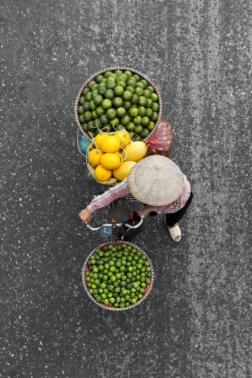 Photographer Spends Hours On Bridges And Balconies And Shoots Impressive Photos That Capture Street Vendors From Above