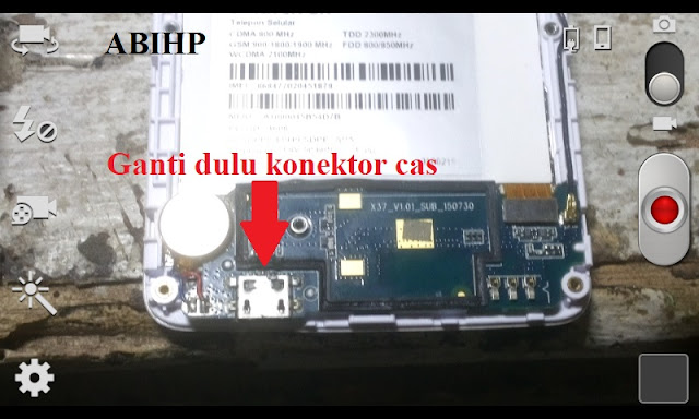 Pertama ganti dahulu konektor cas ANdromax E2 dengan yang baru.