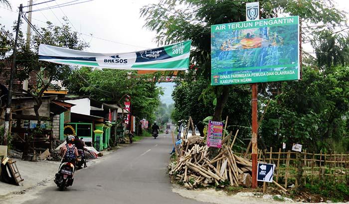 Plang Penunjuk Menuju Air Terjun penganting di Jalan Ngrambe-Jogorogo