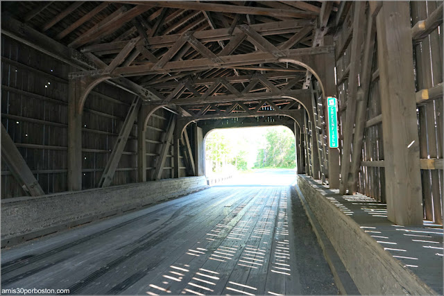 Interior del Puente Cubierto County Bridge Hancock-Greenfield en New Hampshire