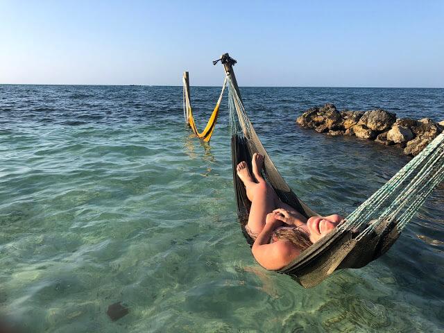 mar abierto y hamacas en isla roots hostel