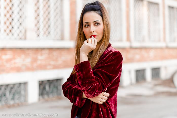 Chaqueta blazer de Terciopelo burdeos jeans y zapatos rojos para el Look de la cena de Navidad influencer valencia