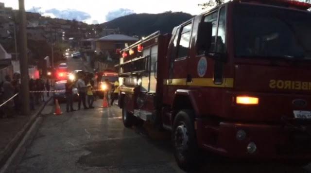 Mulher foi encontrada após incêndio em casa em Poços de Caldas (MG) (Foto: Jaderson Rodrigues)