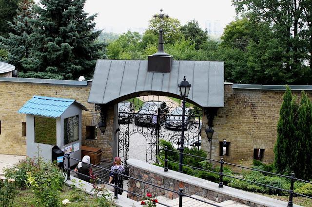 Нижние ворота Печерской лавры