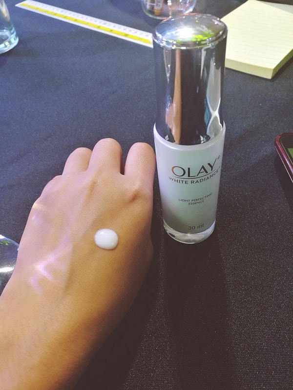 OLAY White Radiance Light Perfecting Essence with Pearl Optics Complex