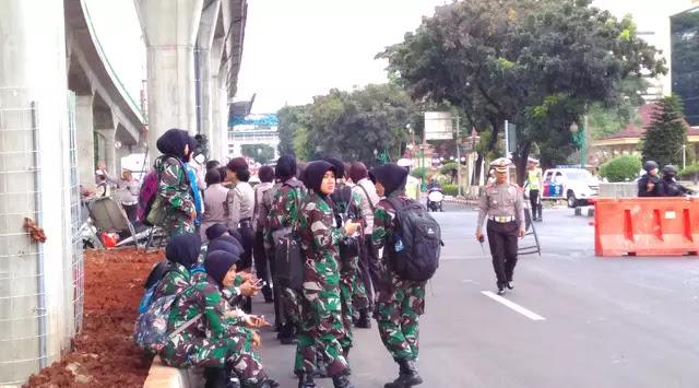 Tentara Wanita Berhijab Ikut Serta Amankan Demo FPI