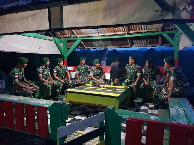 2 Warga Abepura Sukarela Serahkan Senjata ke Satgas Yonif Para Raider 501 Kostrad