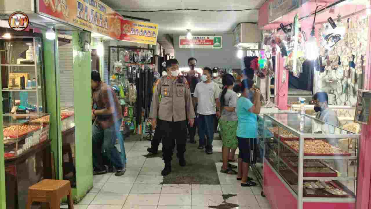 Kapolsek Medan Area Laksanakan Pengecekan Pos PPKM Pasar Sukaramai dan Bagi Masker
