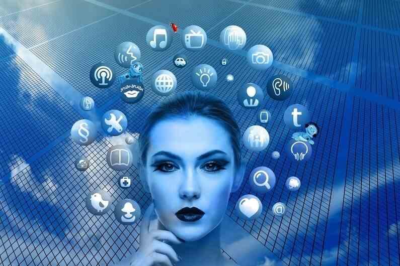 """Vivemos em um tempo muito favorável, de facilidades e avanços. E tudo isso, graças às evoluções tecnológicas. As máquinas facilitam os trabalhos domésticos e especializados. A tecnologia nos trouxe uma ampliação do olhar e do conhecimento, jamais imaginado, e a internet nos conectou com tudo isso, inclusive nos aproximou de pessoas até já """"esquecidas"""" em nossa memória."""