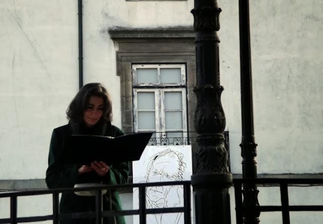 leitora de poemas e ilustração do poeta