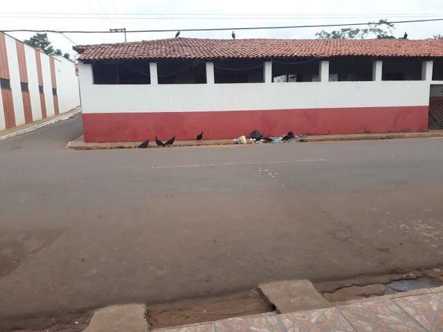 Calçada da escola Newton Belo vira depósito de lixo