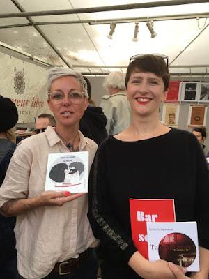 Max Zouic et Samantha Barendson au Marché de la poésie de la Place Saint Sulpice en juin 2019