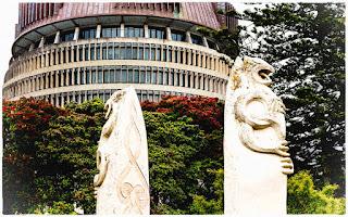 Estátuas maori em frente ao Beehive, em Wellington.