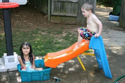 Mini tobogan et mini piscine pour enfant
