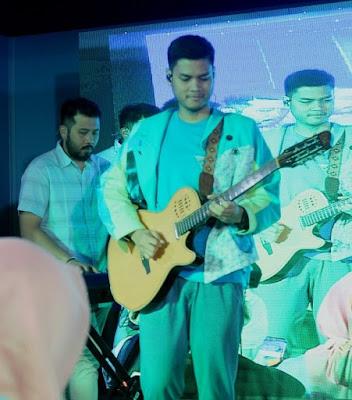 personil RAN sedang bermain gitar