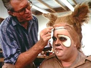 Maquillando a John Candy para el papel de Vomito Barf